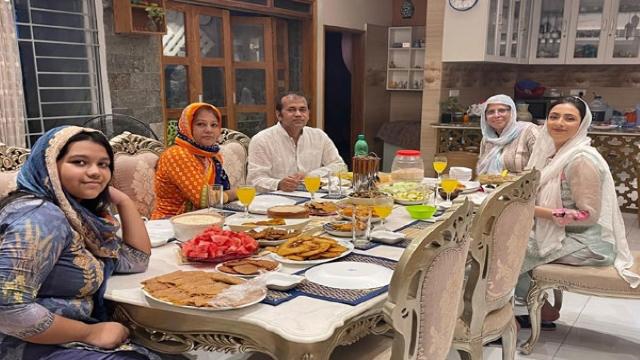 পরিবারের সঙ্গে বিদ্যা সিনহা মিমের ইফতার, ফেসবুকে ভালোবাসার চিহ্ন